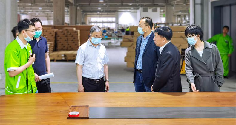 生态环境部大气司副司长吴险峰一行到圣奥办公家具调研