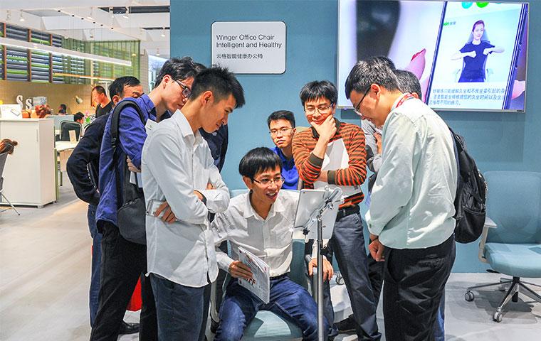 广州展现场观众体验圣奥云格智慧办公椅