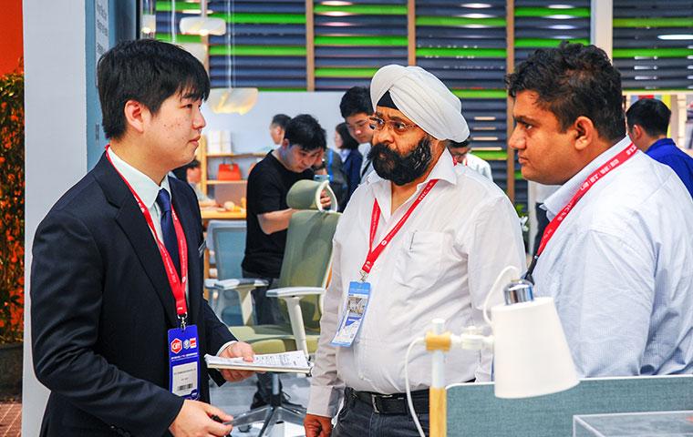 圣奥办公家具与广州展国际观众现场交流