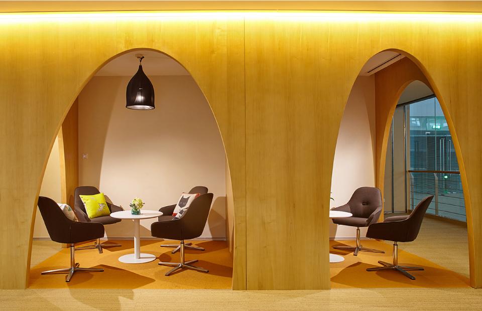 圣奥办公家具为腾讯定制的办公家具及规划的休闲洽谈区